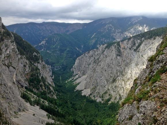 A völgy képe a ferráta ösvényről.