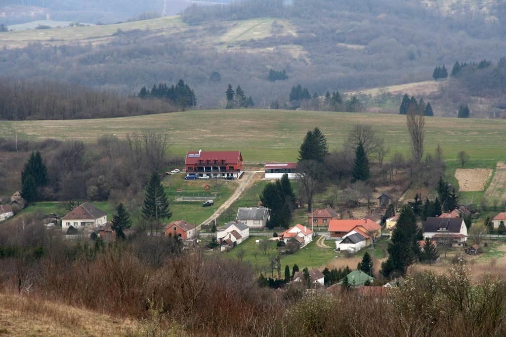 Távolban a turisztikai centrum főépülete