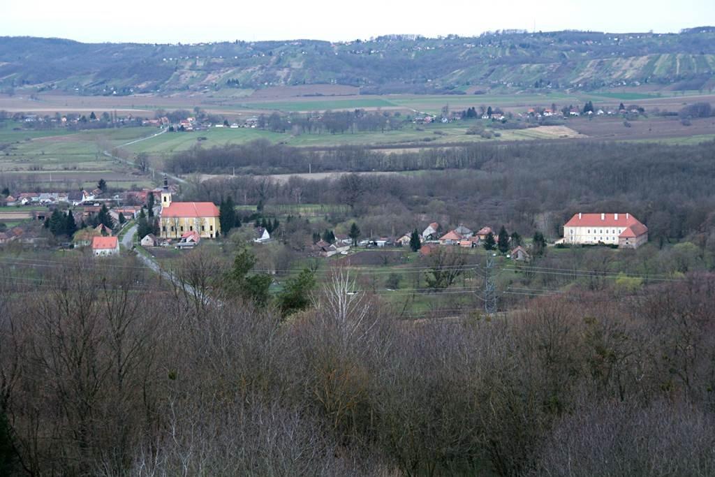 Távolban a szécsiszigeti vízimalom, templom és kastély