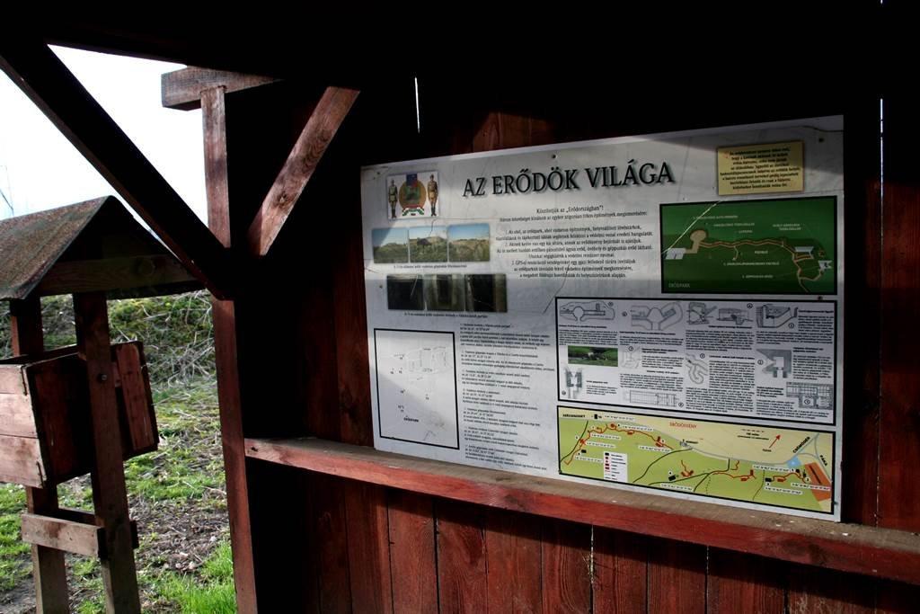 Információs táblák a bejáratnál