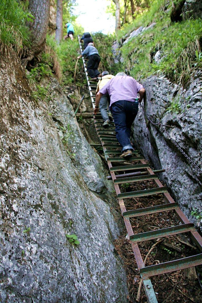 Vaslétrák, fémtálcák és láncok segítik a haladást a sziklák között