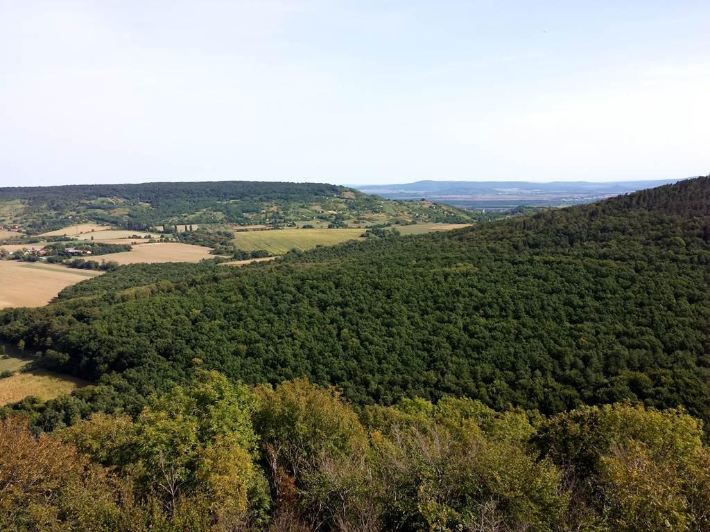 Kilátás a környező dombokra, völgyekre