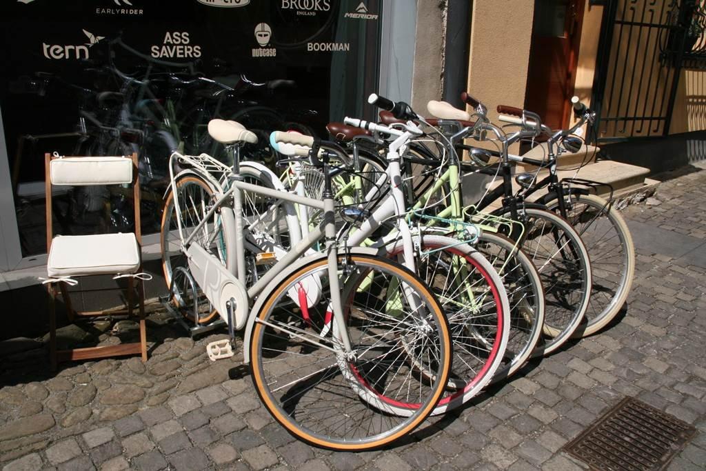 Eladó retro kerékpárok az üzletben
