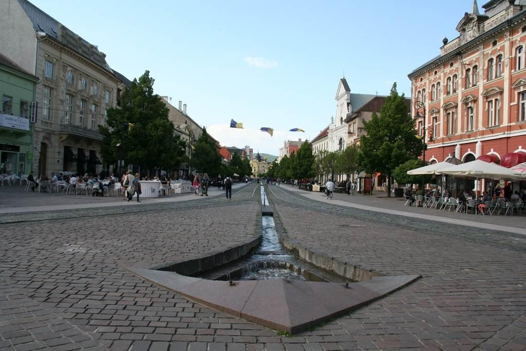 Kassa főutcája, amelynek közepén korábban folyó folyt, ennek emlékét egy keskeny csatorna őrzi