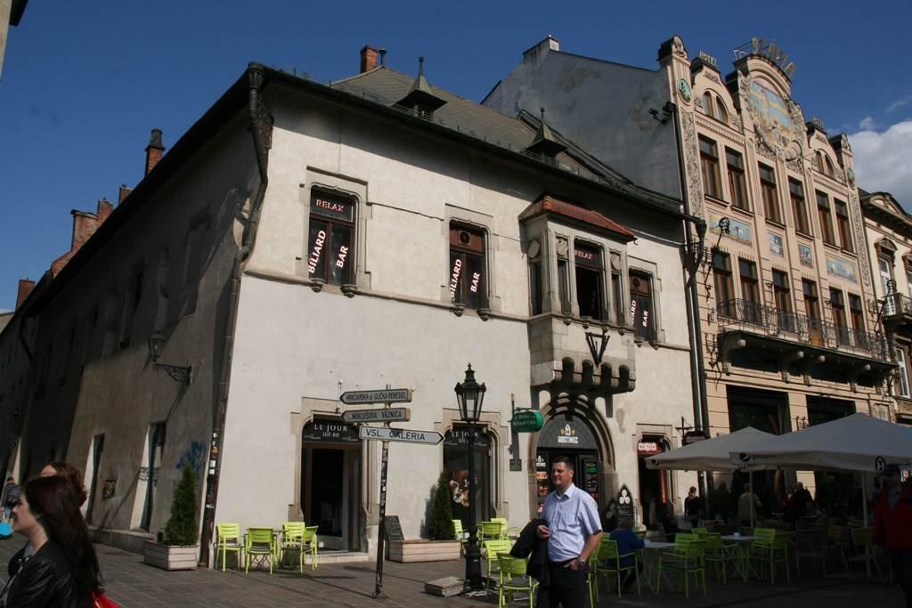 Az utcaképet középkori épületek is tarkítják