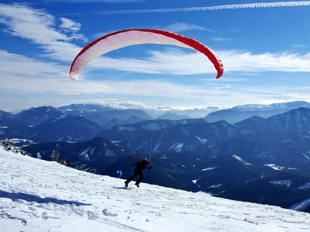 Szép időben a siklóernyősök is ellepik a hegytetőt