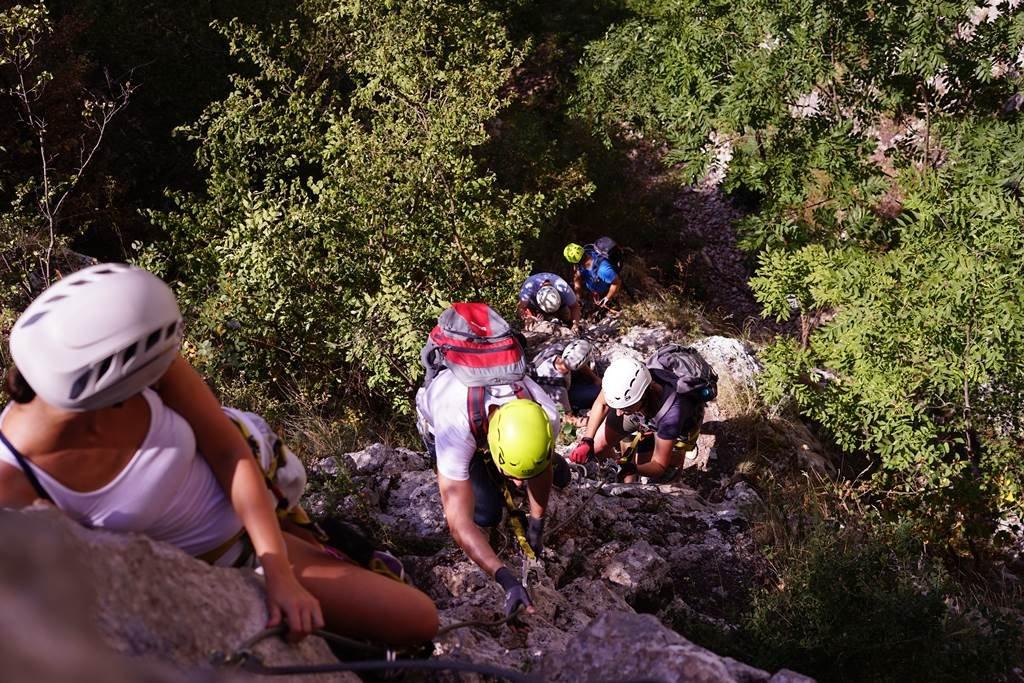 A ferráta keskeny sziklaszurdokban, főként meredek sziklafalakon halad.