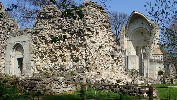 A Vértes rejtett kolostorai és várromjai