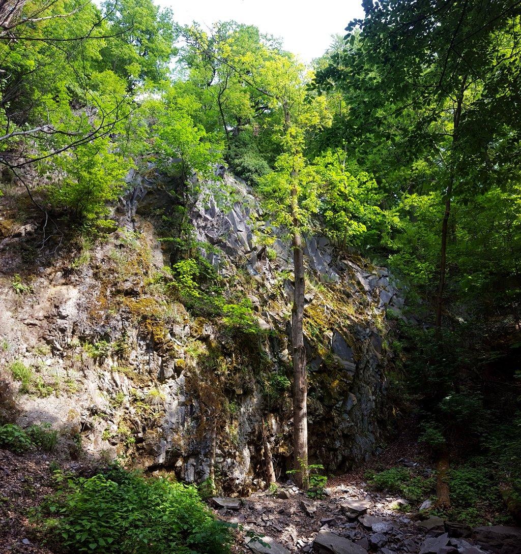 A Stefánia-híddal szemben érdemes megnézni ezt a hatalmas sziklafalat