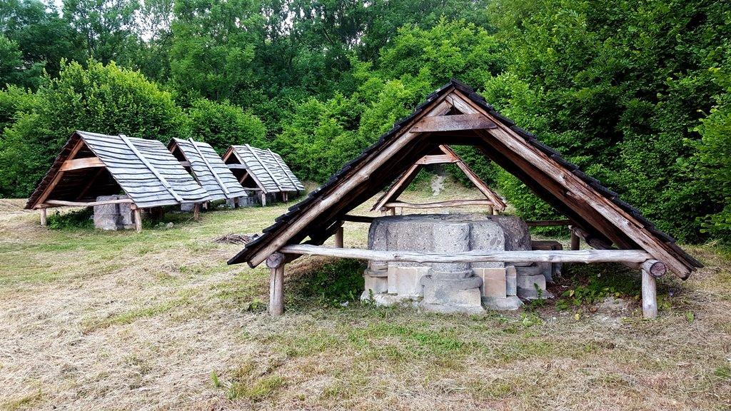 Az apátságból megmaradt oszloptő maradványok