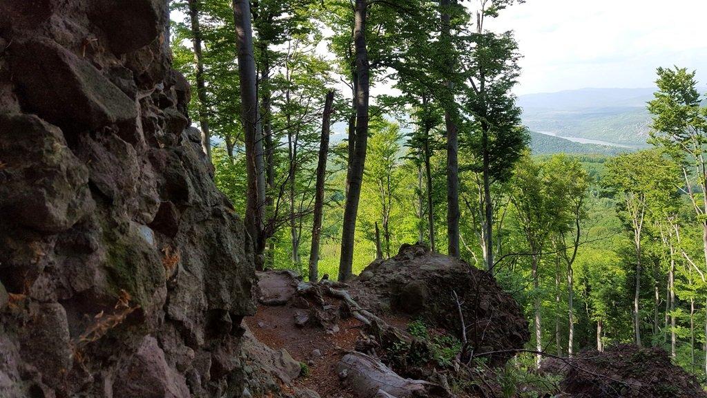 Magas sziklafal mellett haladunk el