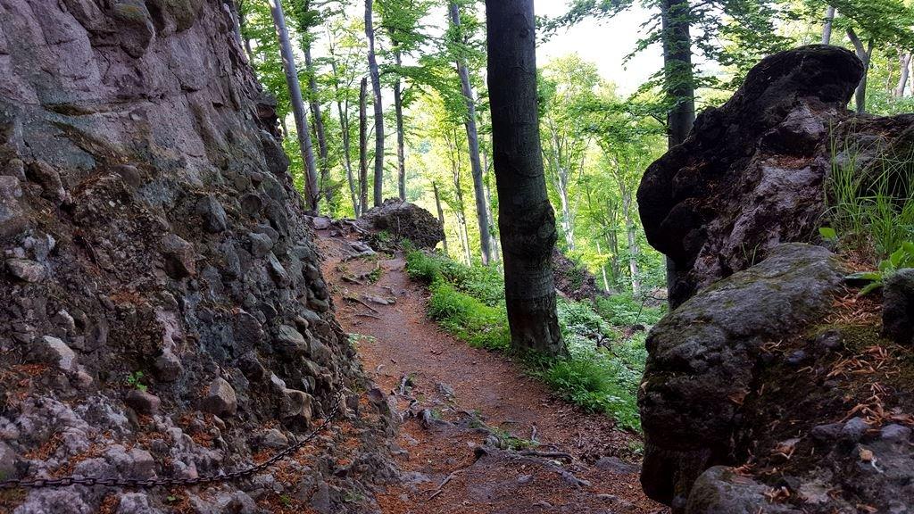 A sziklafal mellett lánc is segít a bizonytalan lépésben
