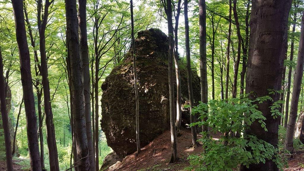Tojás alakú szikla áll csak úgy magában