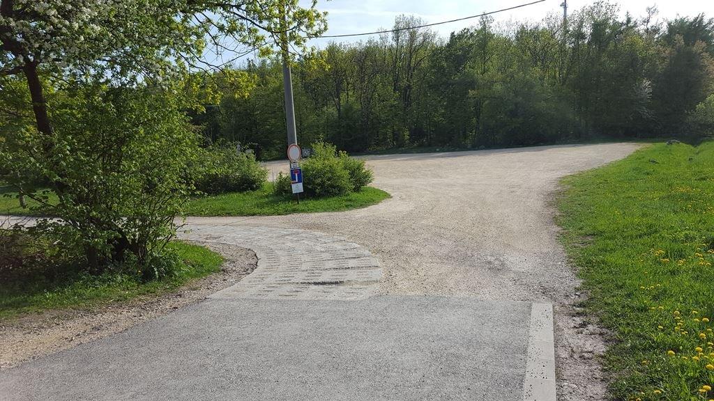 Ahogy elértük a parkolót, még előtte balra kanyarodunk az itt látható úton