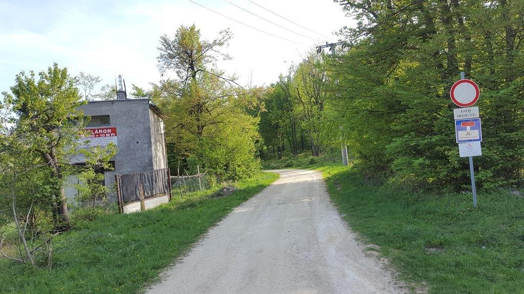 Az út bal kéz felől elhalad egy romos épület mellett