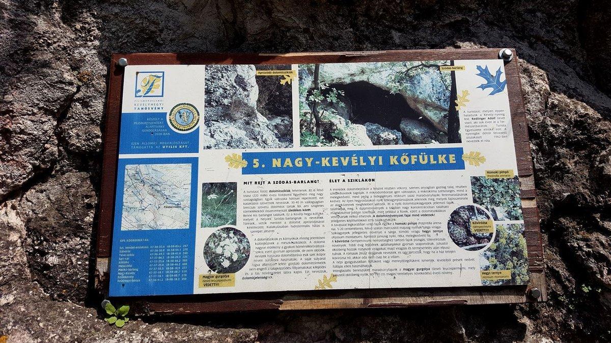 A Kevély-hegyi kőfülke információs táblája