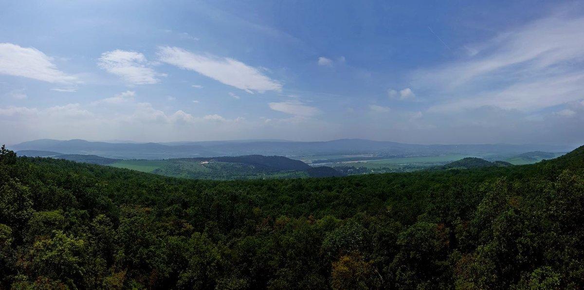 Kilátás a Kevély-hegyi kőfülke tetejéről