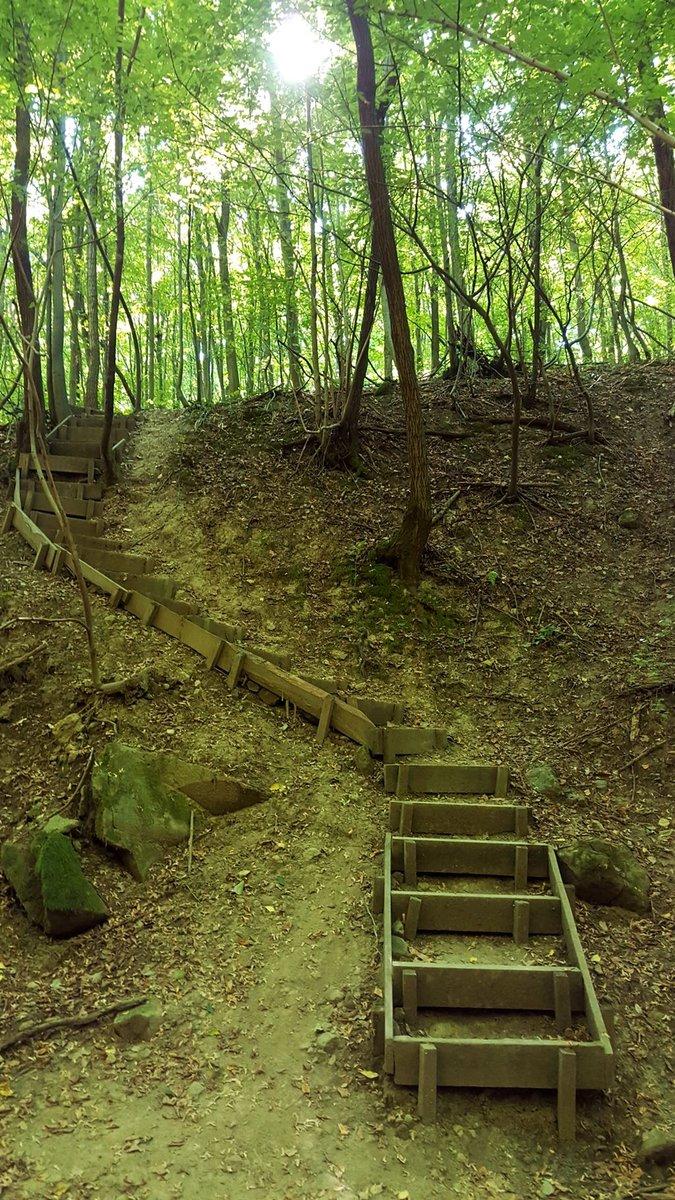 A kis völgyből lépcsők vezetnek ki a meredek oldalfalon