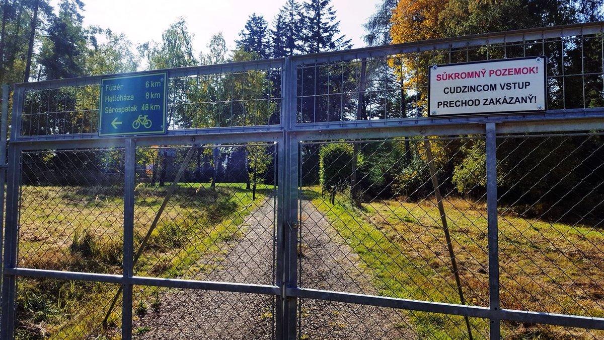 Lászlótanya felé nem érdemes elkanyarodni, a fém kerítést leszámítva itt nincs semmi látnivaló