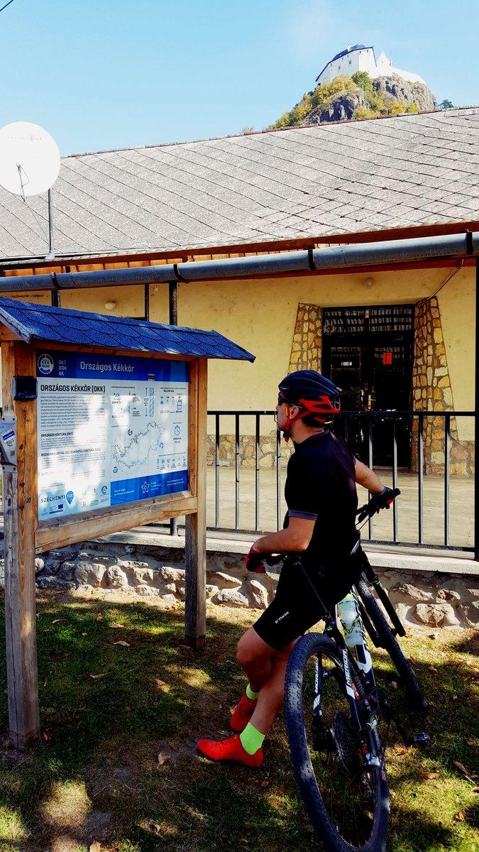 Az Országos Kéktúra táblát is megtaláljuk Füzéren