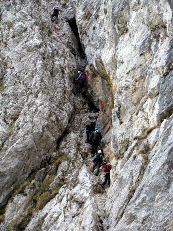A mászás egy 20 méter hosszú oldalazással kezdődik