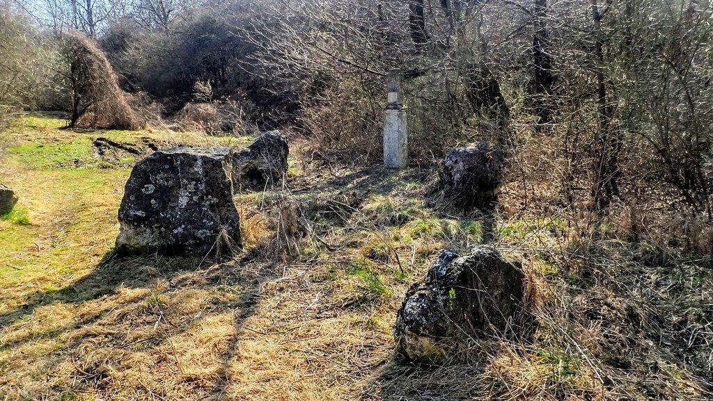 A Főkúti-forrás közelében található épületmaradványok