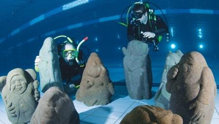 Víz alatti kiállítás az úszómedencében