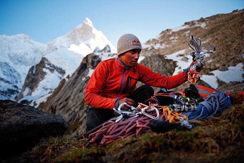 David Lama előkészíti a felszerelést
