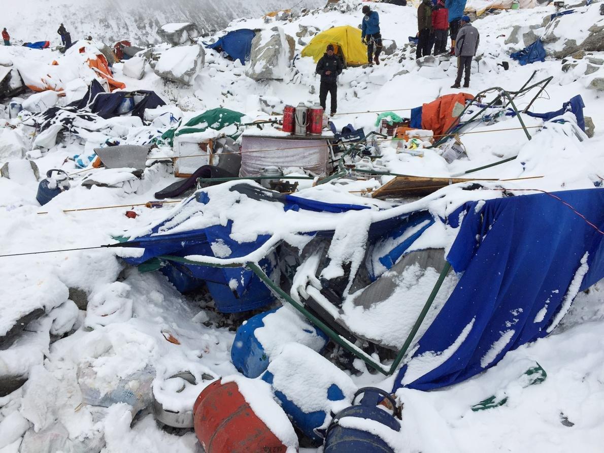 Mászók keresgélik a holmijaikat a romok között az alaptáborban