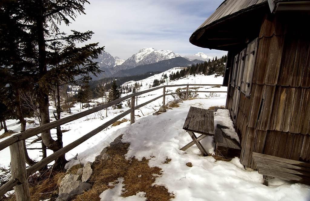 A fennsíkon régi pásztorházak tűnnek fel egymás után
