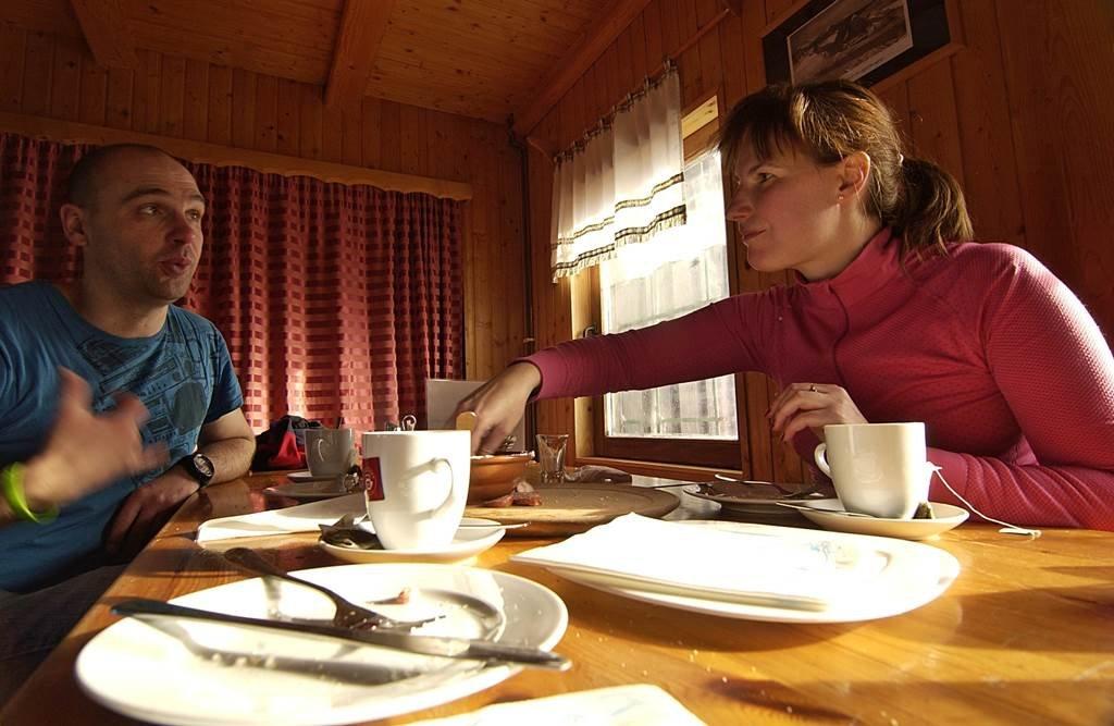 Az uzsonna természetesen nem maradhat el, ahol a helyi sajátosságot: házi készítésű kolbászt és zöldfűszeres túrót kínálnak
