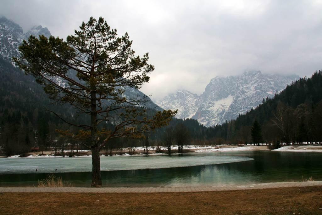 A Jasna tó pompás háttere a Júliai Alpok
