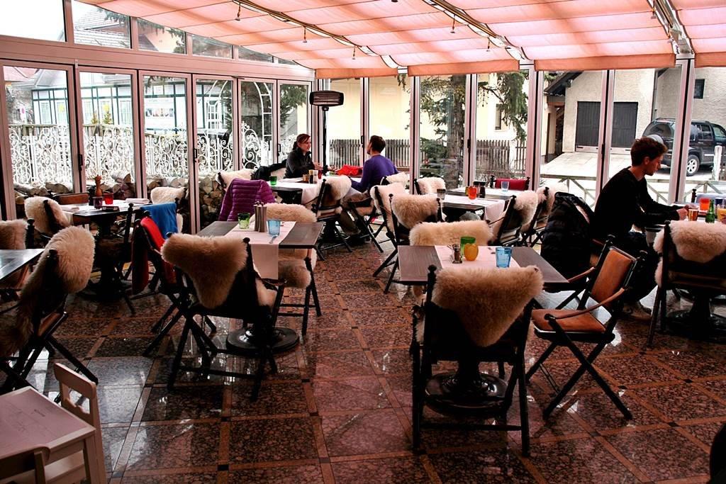 Hangulatos üvegtetős étterem Kranjska Gorában