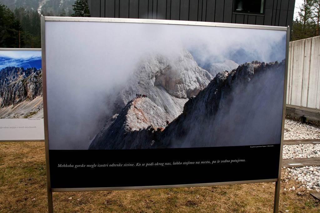A Szlovén Alpesi Múzeum előkertjében Szlovénia legszebb természeti látványosságai kerültek ki a táblákra