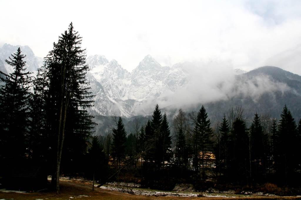 Kilátás a Špik szállodától a Martuljek hegyláncra