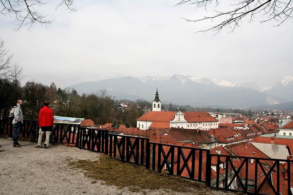 A város fölé magasodó dombról nagyszerű kilátás nyílik az óvárosra