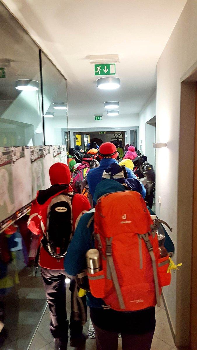 A hivatal keskeny lépcsőjén és folyosóján sodródunk ki az árral.
