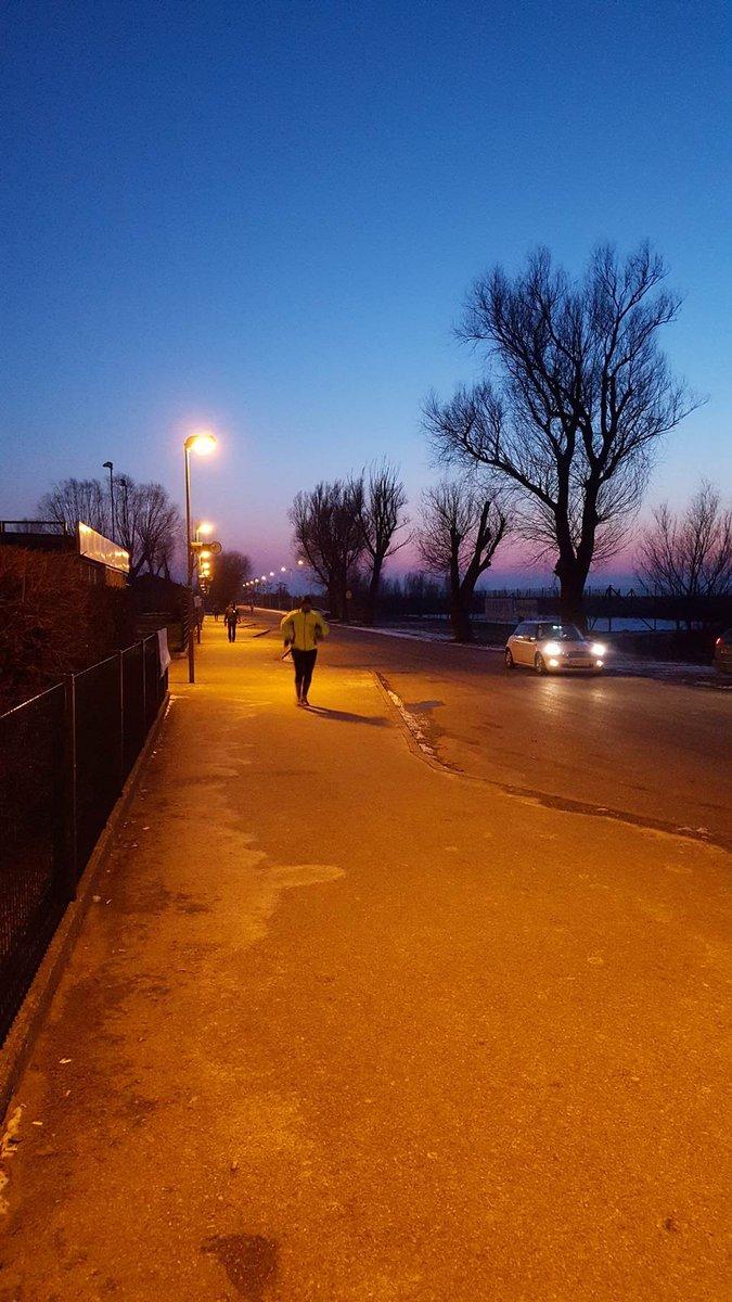 Neusiedl am See-be már szürkületben érkeznek a futók/túrázók.