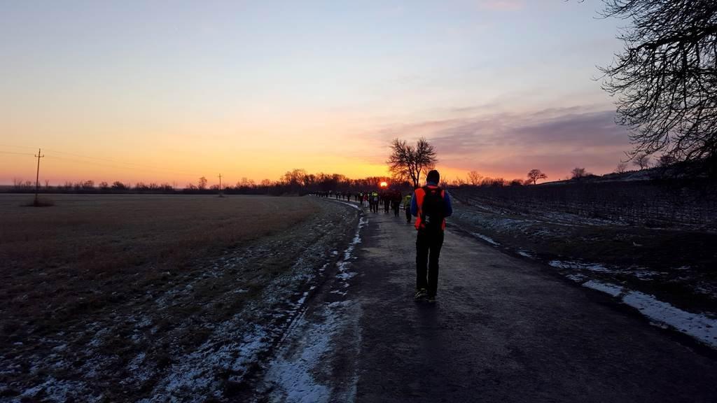 A mesés napfelkelte feledteti a hajnali fagyos időjárást.