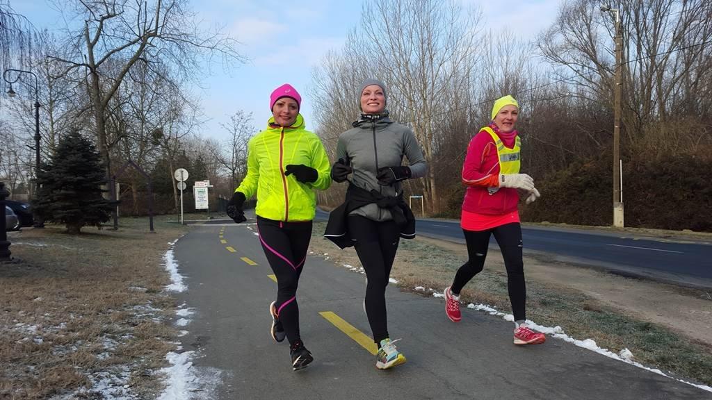 A kora reggeli órákban feltűnt három futó lány, akiknek úgy sugárzott az arcán a mosoly, mintha csak a szokásos 10 km-es körüket futnák.