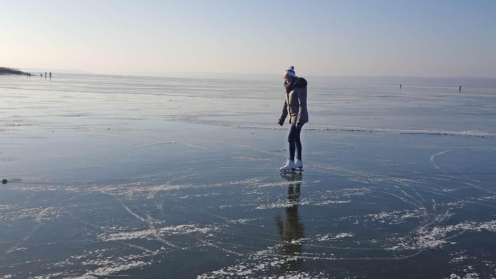 Míg mások erőn felül meneteltek a cél felé, a jeget boldog korcsolyázók töltötték meg.