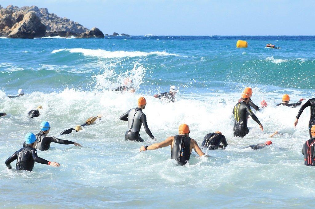 A triatlon úszó szakasza a tengerben.