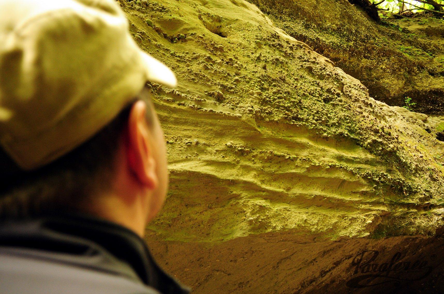 Az üledékes kőzetbe vágott szurdok falából ezernyi kavics kandikál ki