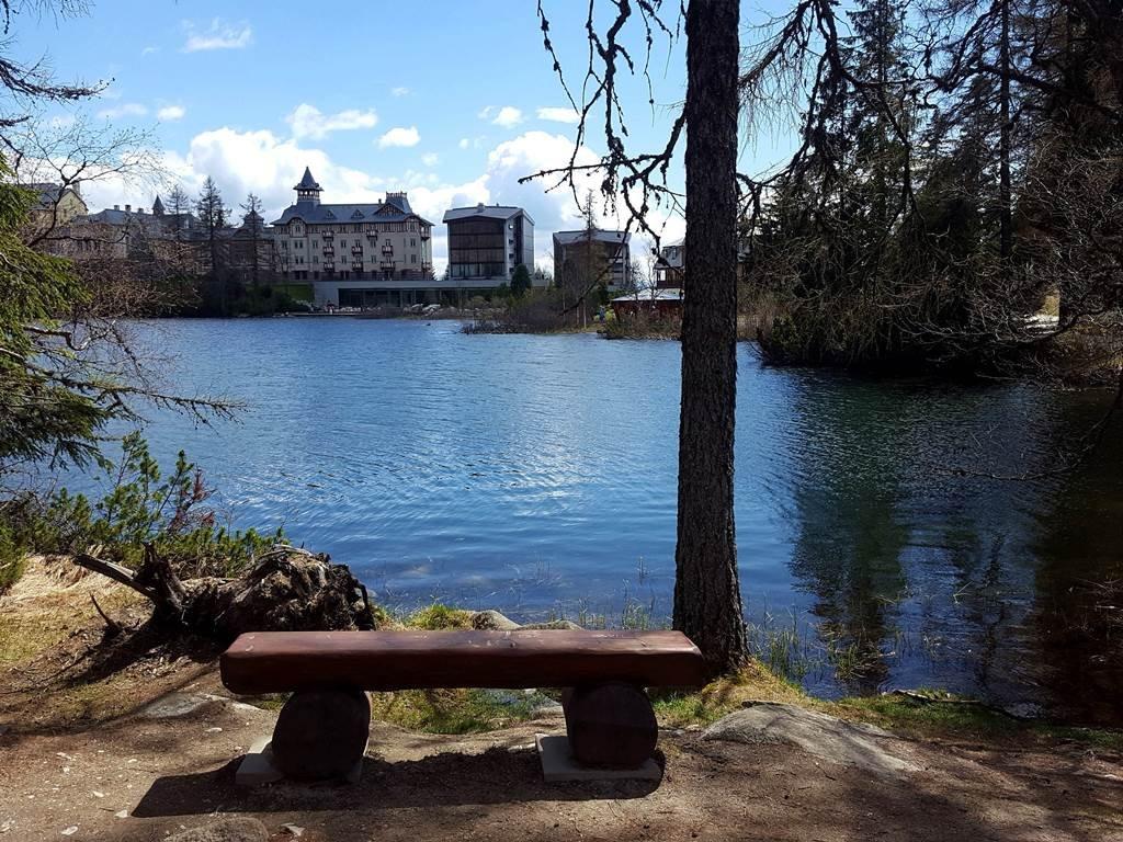 A Csorba-tó déli partján sorakozó szállodák