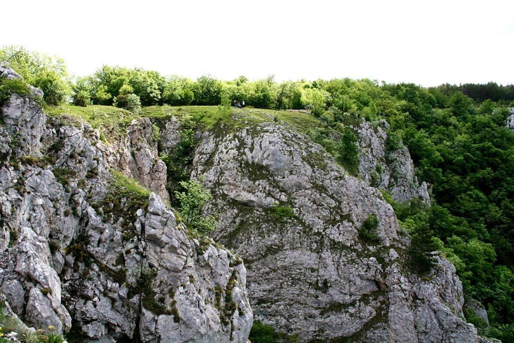 Majd 100 m magas sziklafalak tetején lépkedünk