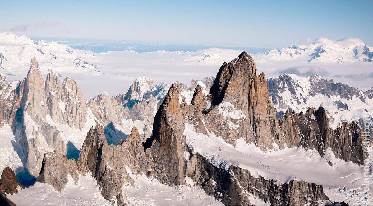 Balra hátul a Cerro Torre-csoport, jobbra elöl a Fitz Roy-csoport