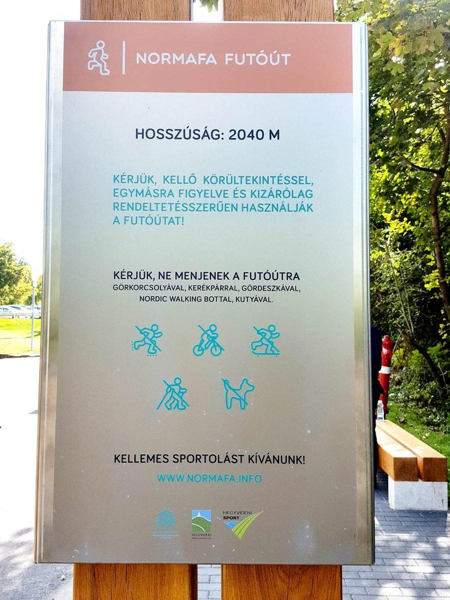 A futóút elején információs tábla áll.