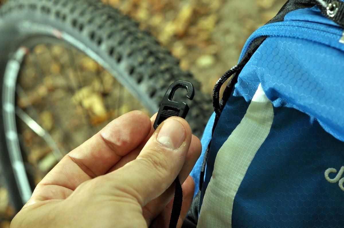 A sisaktartó-hálót két pici fülbe kell beakasztani