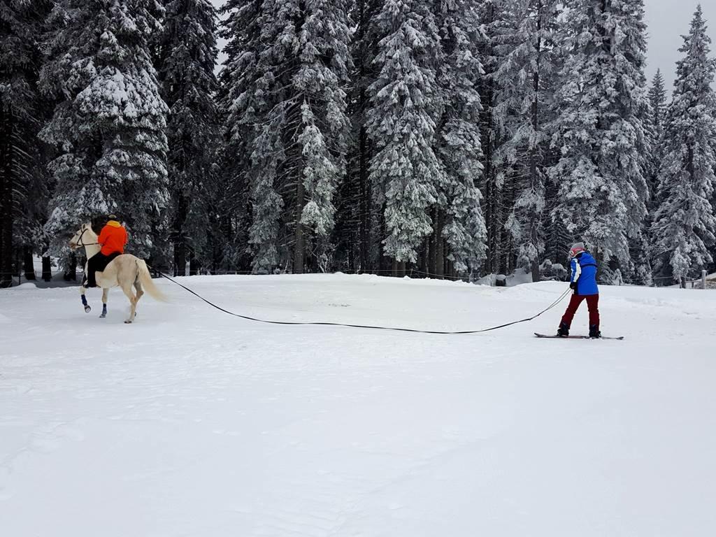 Snowboarddal is ki lehet próbálni, bár síléccel könnyebb talpon maradni