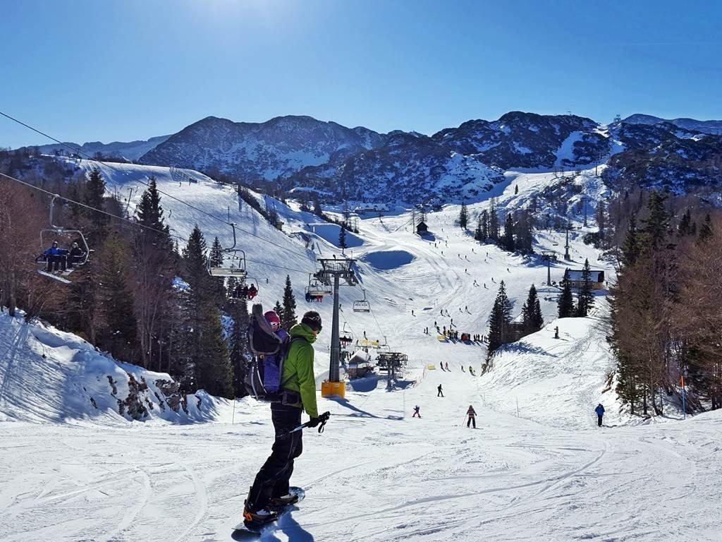 A profik még gyerekkel a hátukon is snowboardra pattannak.